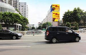 英皇時尚城旁樓頂廣告牌A、B媒體規格(普瀾路與季華路交彙處) 媒体规格:A  22×9.05m=199m?、B  10×13.62m=136.2m? 媒介優勢:季華路是佛山市政府傾力打造的市政的政樣板路之一,也有佛山總部第一街的稱號。以經營的種類爲銀行業、證劵業、投資公司、購物、飲食、娛樂、商業辦公于一體。各種大型商場及衆多寫字樓更爲季華五路帶來大量的人流和車流。